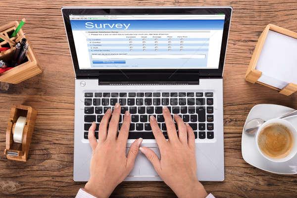 6jjj8095135 foto de archivo de una mujer de negocios haciendo una encuesta en una computadora portátil